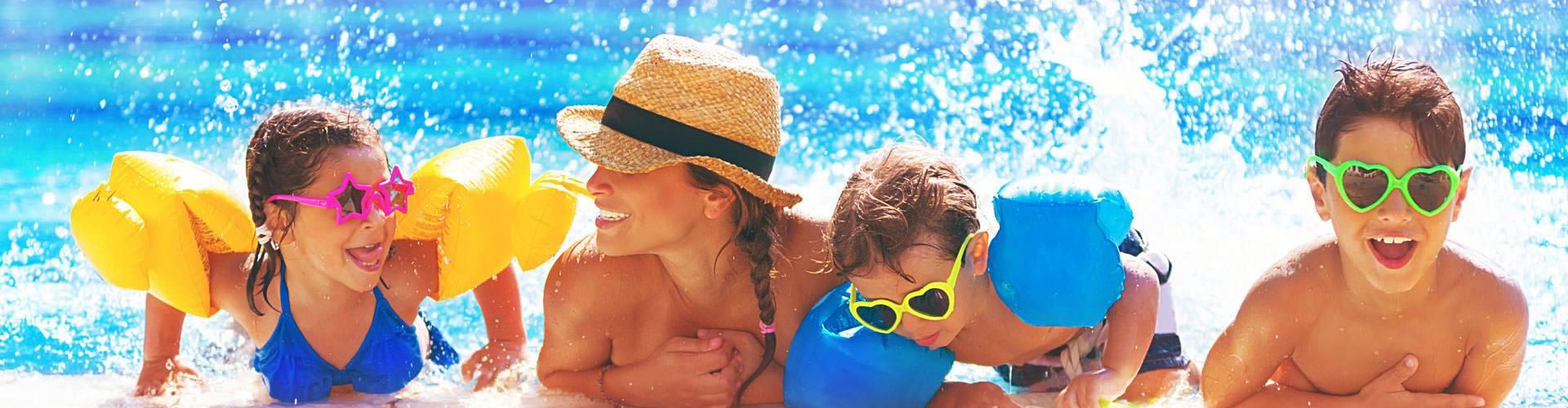 Rollo-Solar Schwimmbadabdeckungen – Kinder am Pool